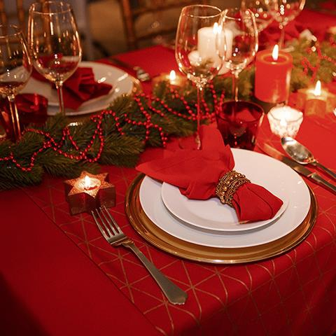 Table-3-The-traditional-Christmas-table-with-red-accents